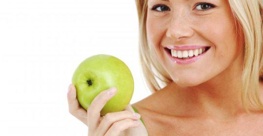 Dieta dla zębów: co jeść, a jakich produktów unikać by mieć piękne zęby? Mini poradnik