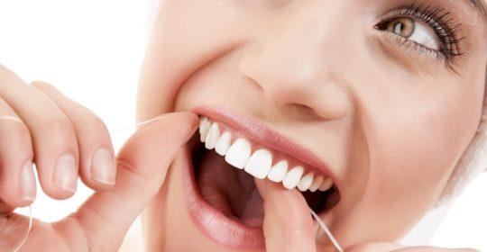 Nić dentystyczna – jaką wybrać i jak używać?