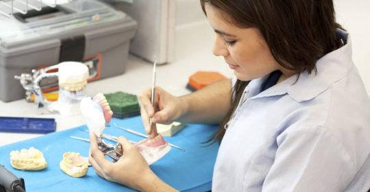 Protezy zębowe – charakterystyka, rodzaje