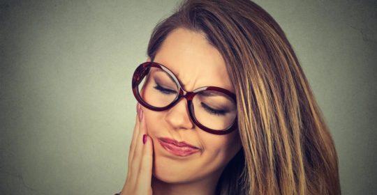 Martwy ząb – jak go rozpoznać i czy może boleć?