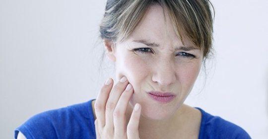 Nadwrażliwe zęby – skuteczne porady, by na nowo cieszyć się smakiem potraw bez bólu