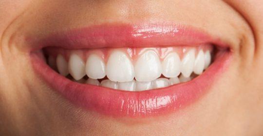 Dekortykacja przyzębia – innowacyjna metoda prostowania zębów