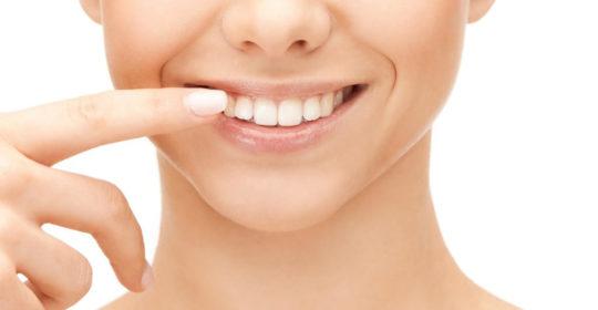 Białe plamy na zębach – skąd się biorą i jak je leczyć?