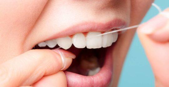 Nitkowanie zębów – dlaczego należy tak oczyszczać zęby?